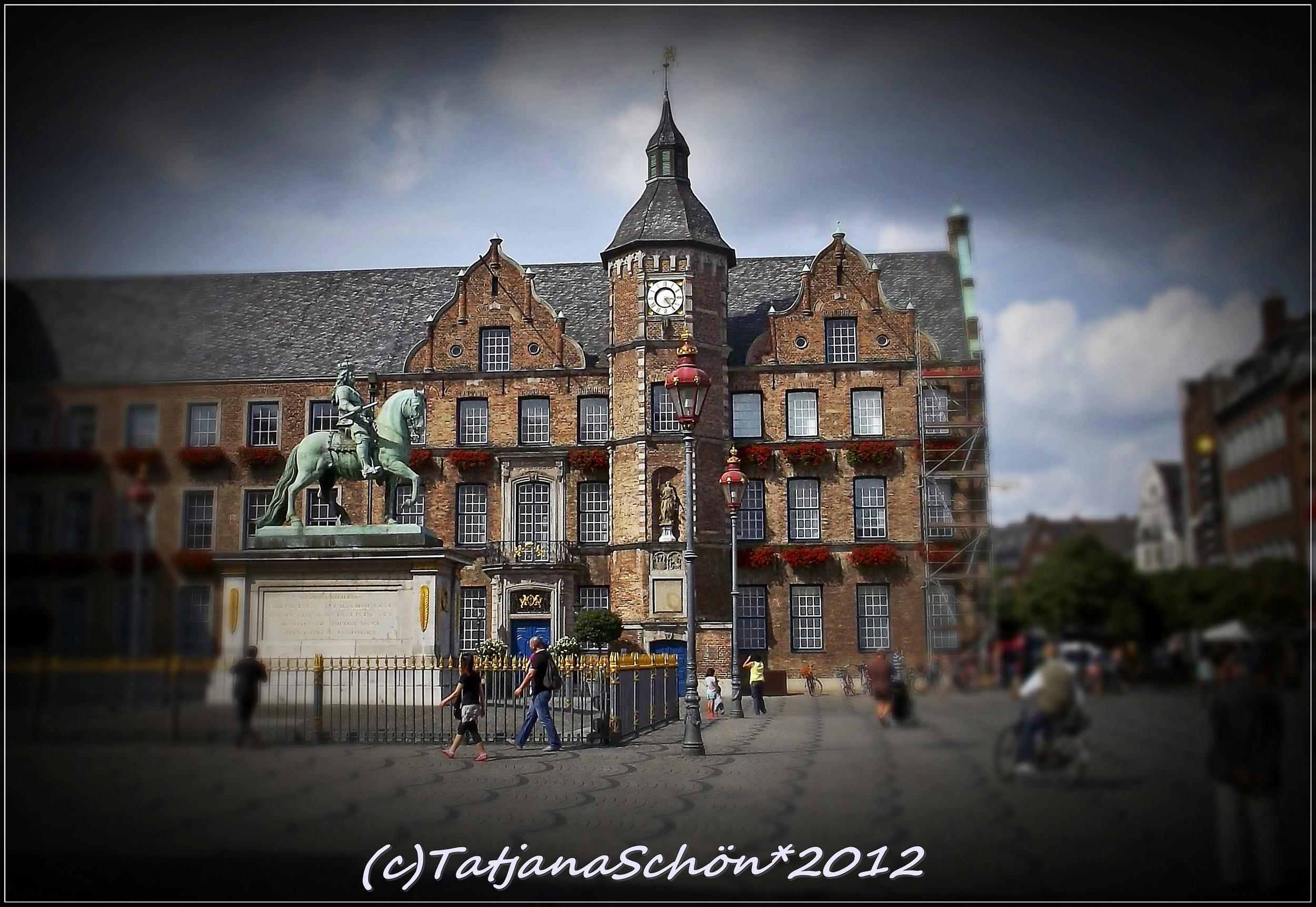 Дюссельдорф, достопримечательности: Старый город, Ратуша и Медный всадник - статуя курфюрста.