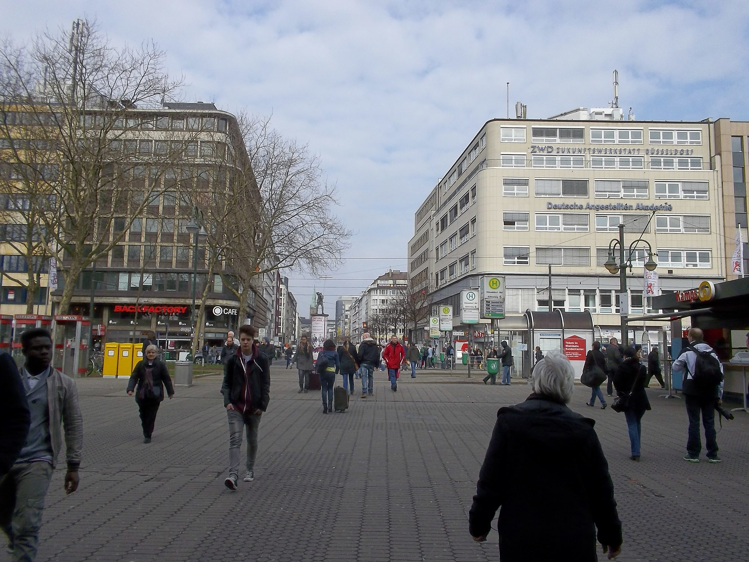 Дюссельдорф. Площадь перед главным вокзалом.