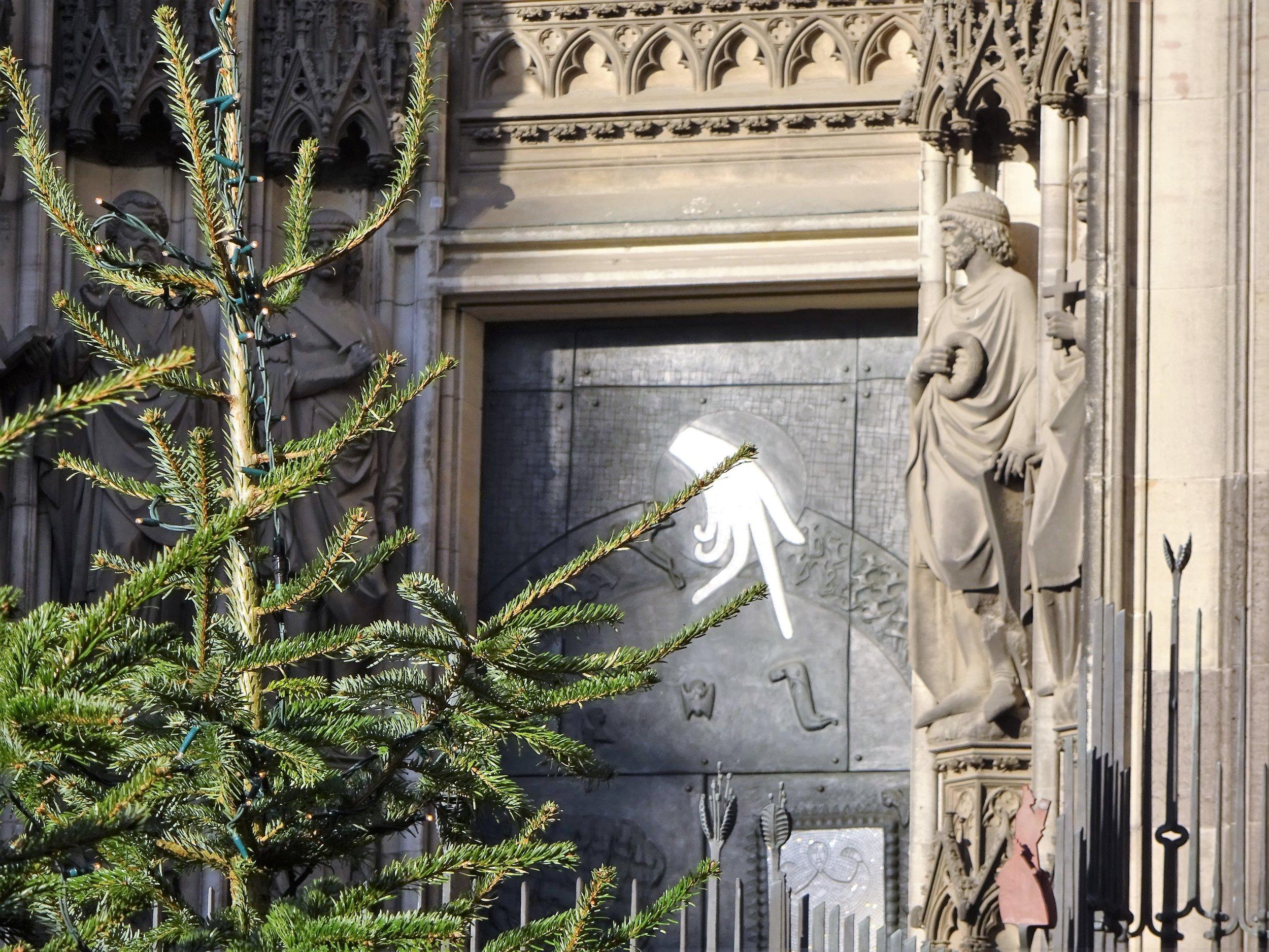 В правом нижнем углу фото (примерно там, куда указывает перст) - священники на верхушке ограды (волк убежал из кадра).