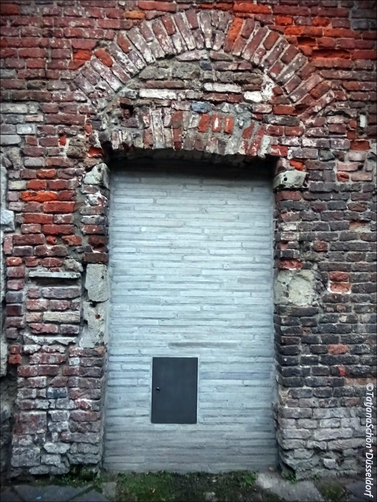 А что там за металлическая дверка в заложенной двери - не знаю (пока).