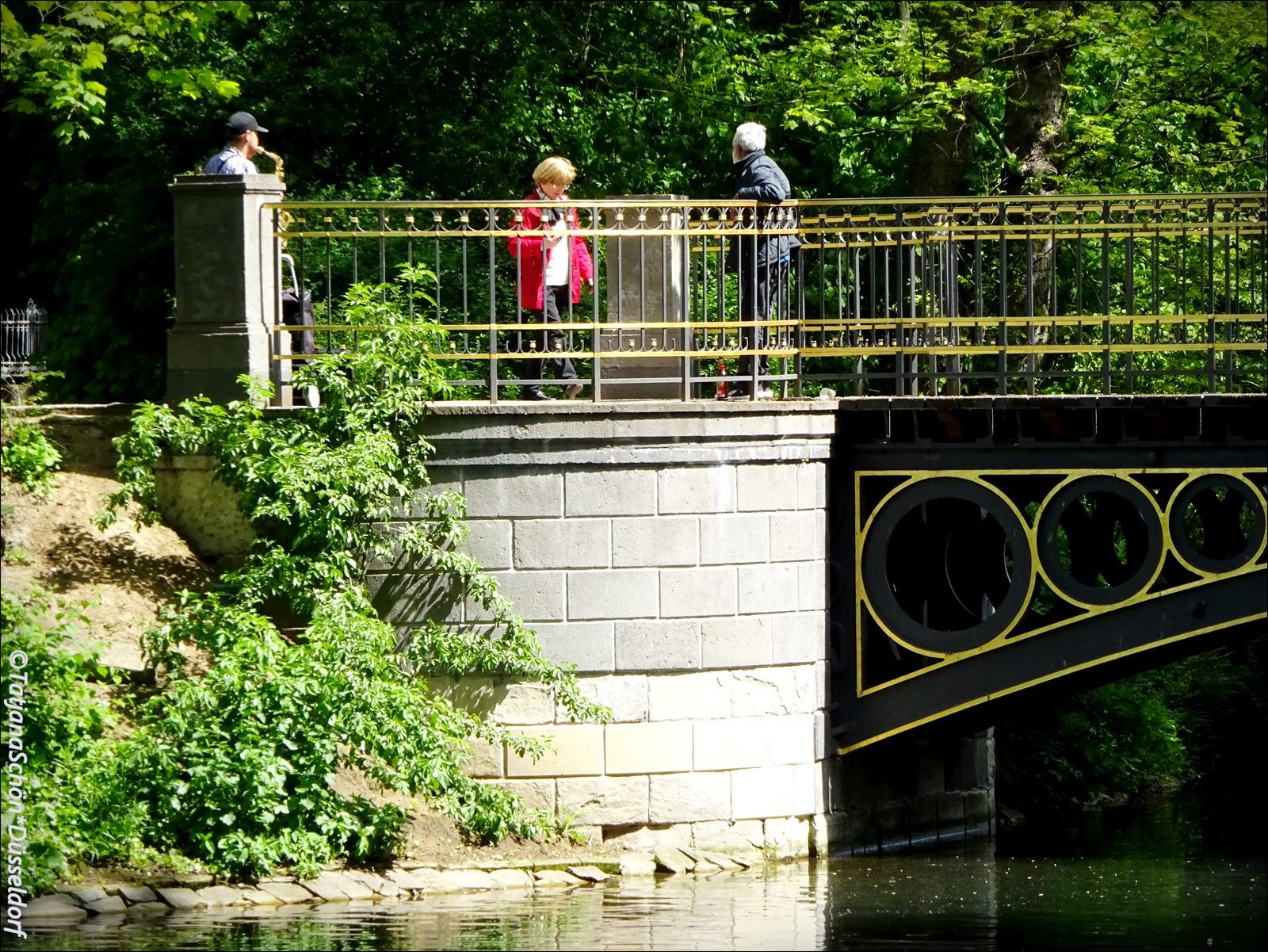 В парке Хофгартен на мосту играет саксофонист...