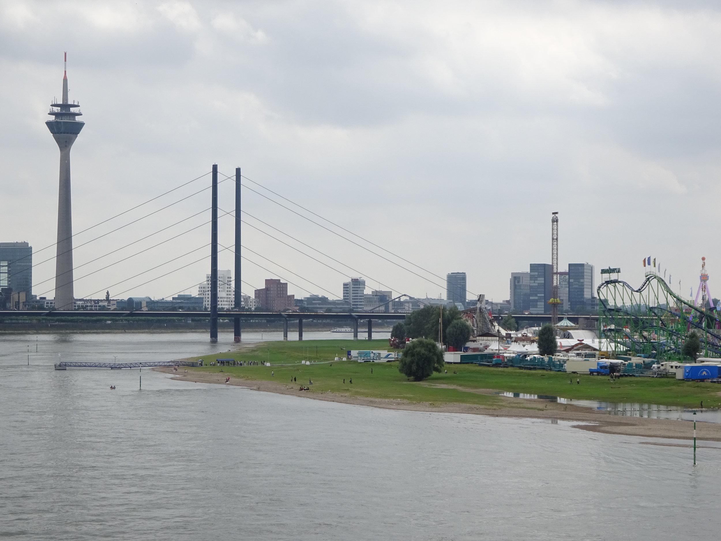 Вид на дюссельдорфскую телебашню с моста - через Кирмесс в Оберкасселе
