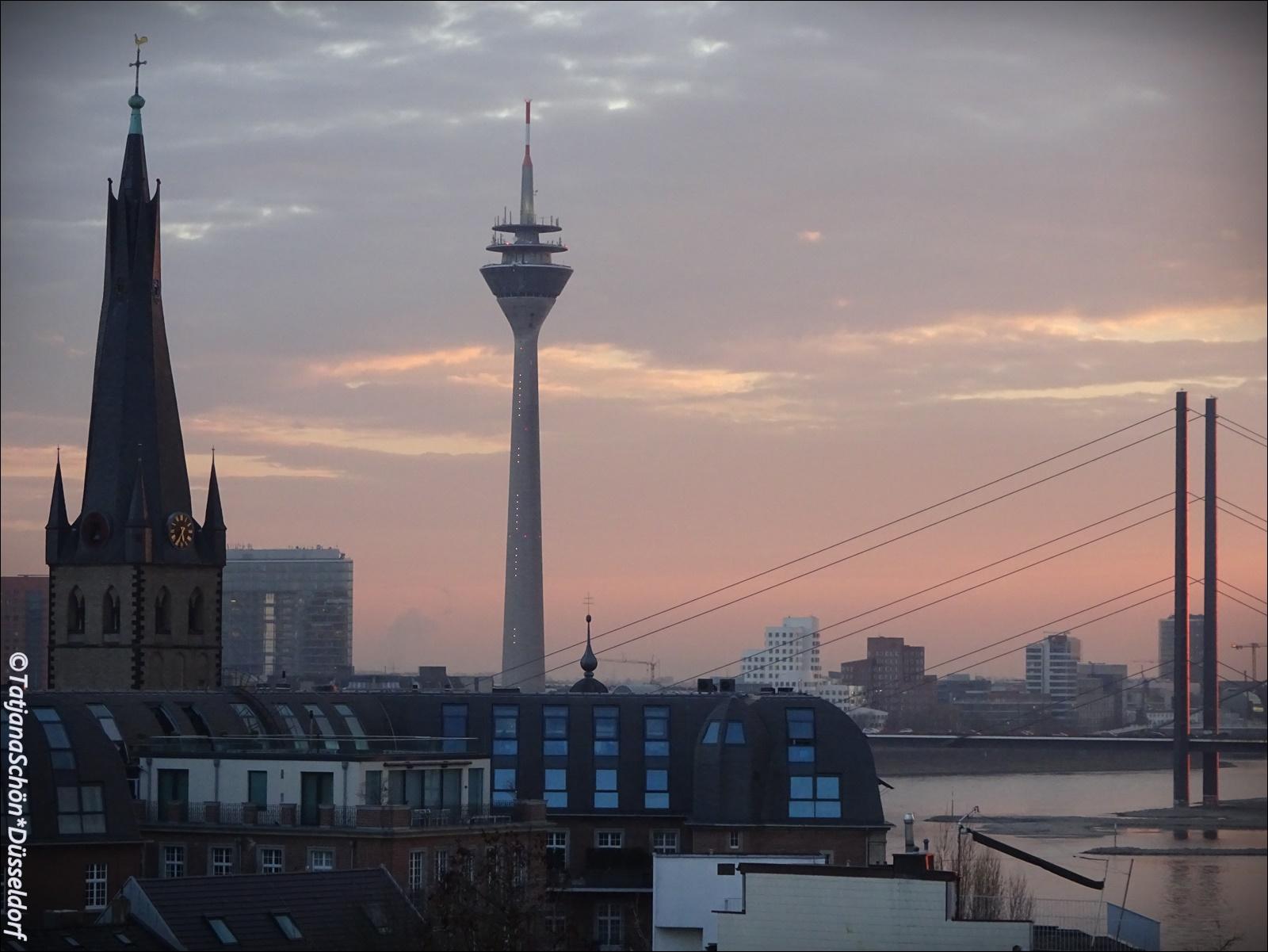 Вид на дюссельдорфскую телебашню из окна художественной академии