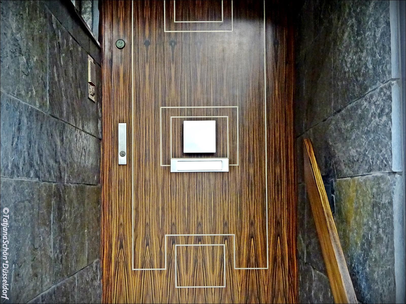 Подсказка - металлический квадрат посреди двери - ручка.