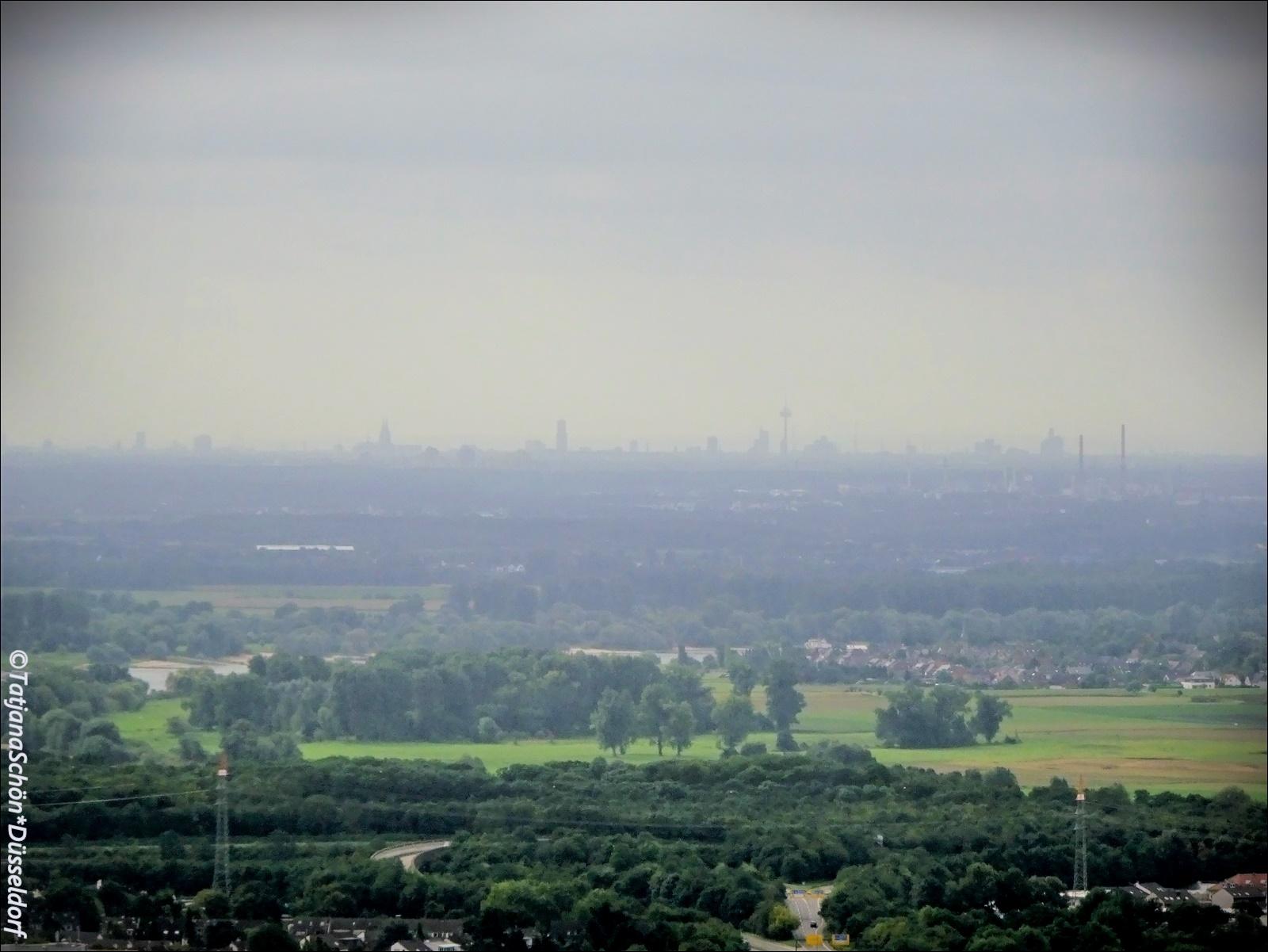 Если разделить фото пополам - в серелине левой половины будет виден на горизонте кёльнсктй собор.
