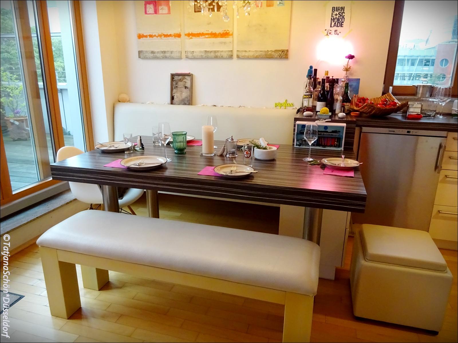 Нас принимали на кухне (так выглядит кухня мужчины, который готовит сам и увлечён современным искусством)