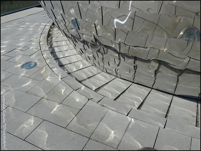 В Дюссельдорфе - множество деталей для разглядывания, только успевайте вертеть головой и замечать.А не заметите самостоятельно– я подскажу,куда смотреть.