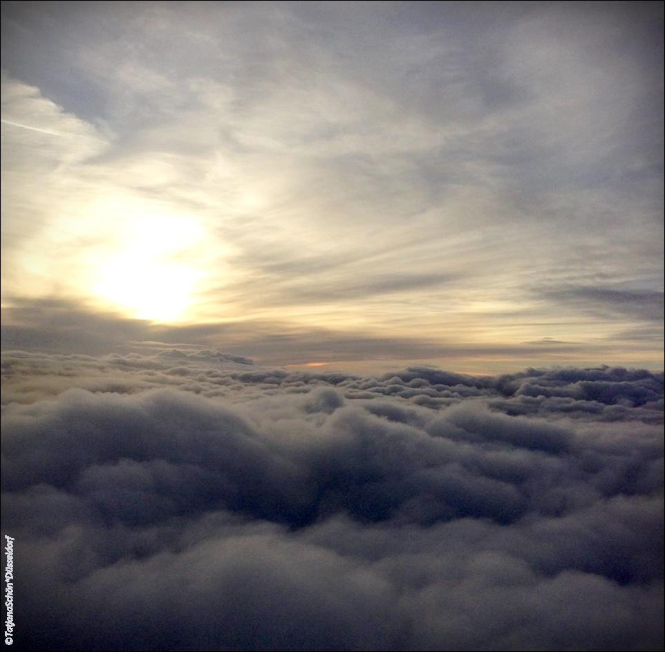Очень люблю смотреть на облака из иллюминатора самолёта