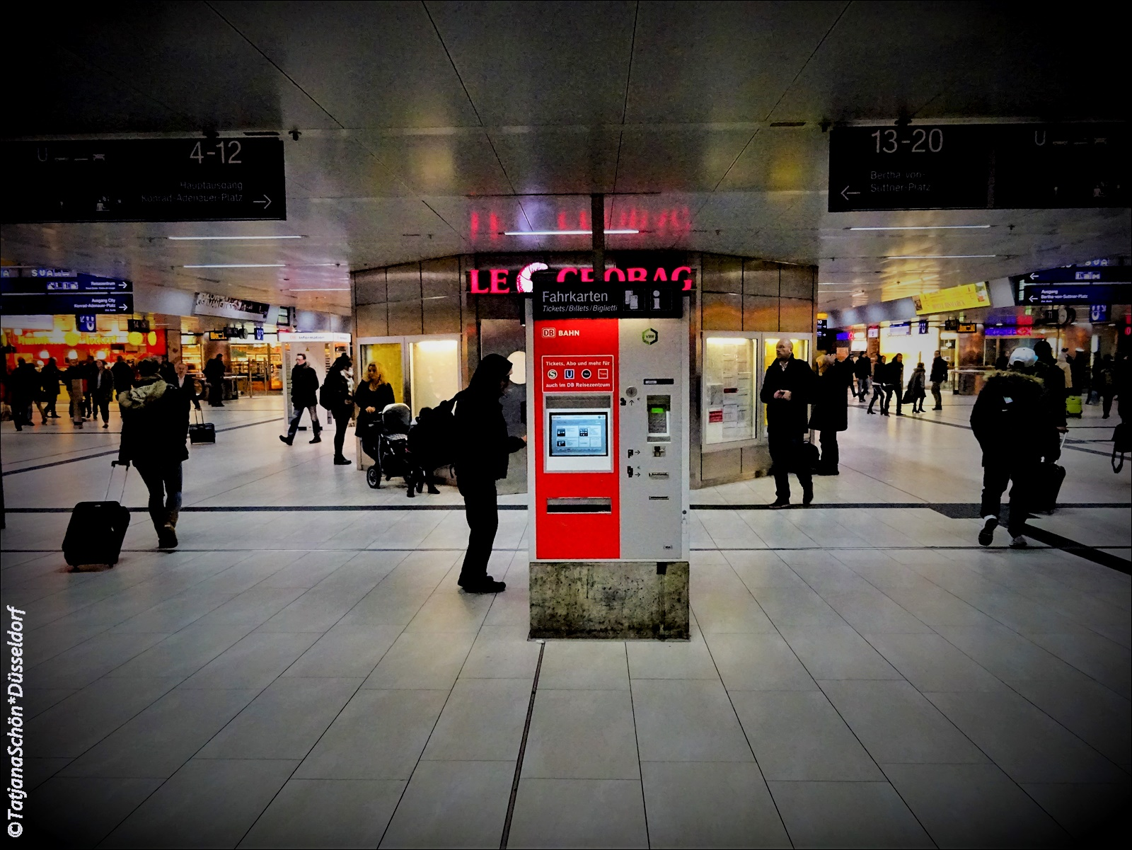 Автоматы есть в здании вокзала, аэропорта, на станциях