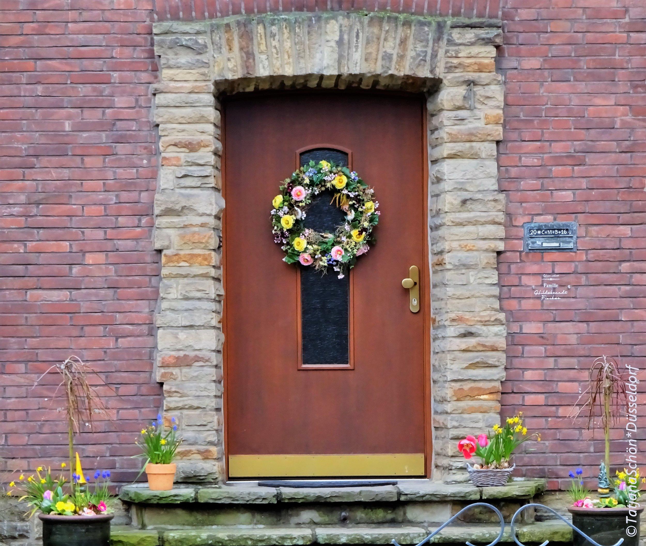 традиция украшать входную дверь очень популярна в Европе - и не только на Рождество