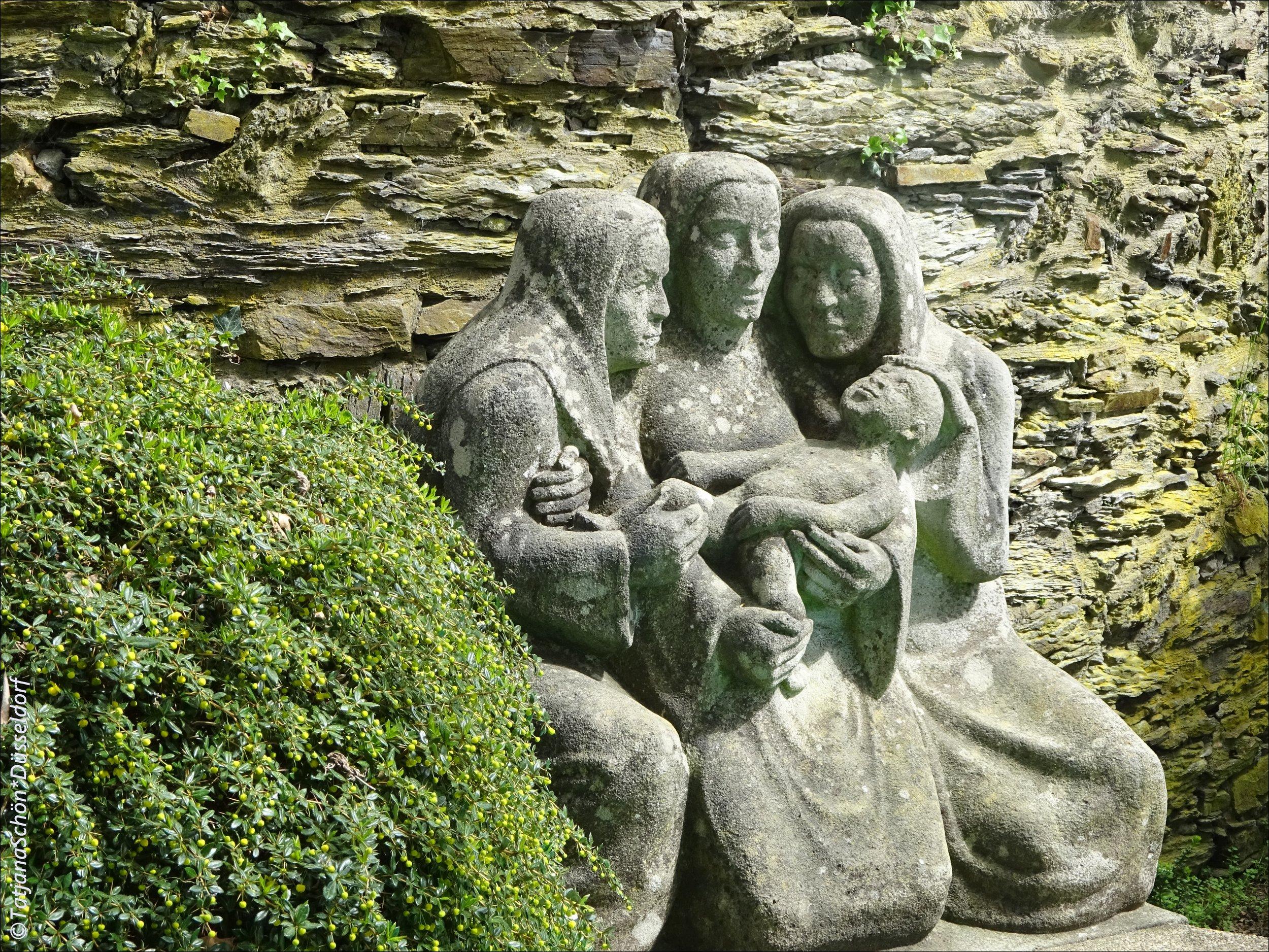 """В немецком """"город"""" (""""ди штадт"""") женского рода.Автор этой каменной группы """"матерей"""" Рубенса - местный (из Зигена) скульптор Германн Кумихель (Hermann Kuhmichel), создал их в 1935 году."""
