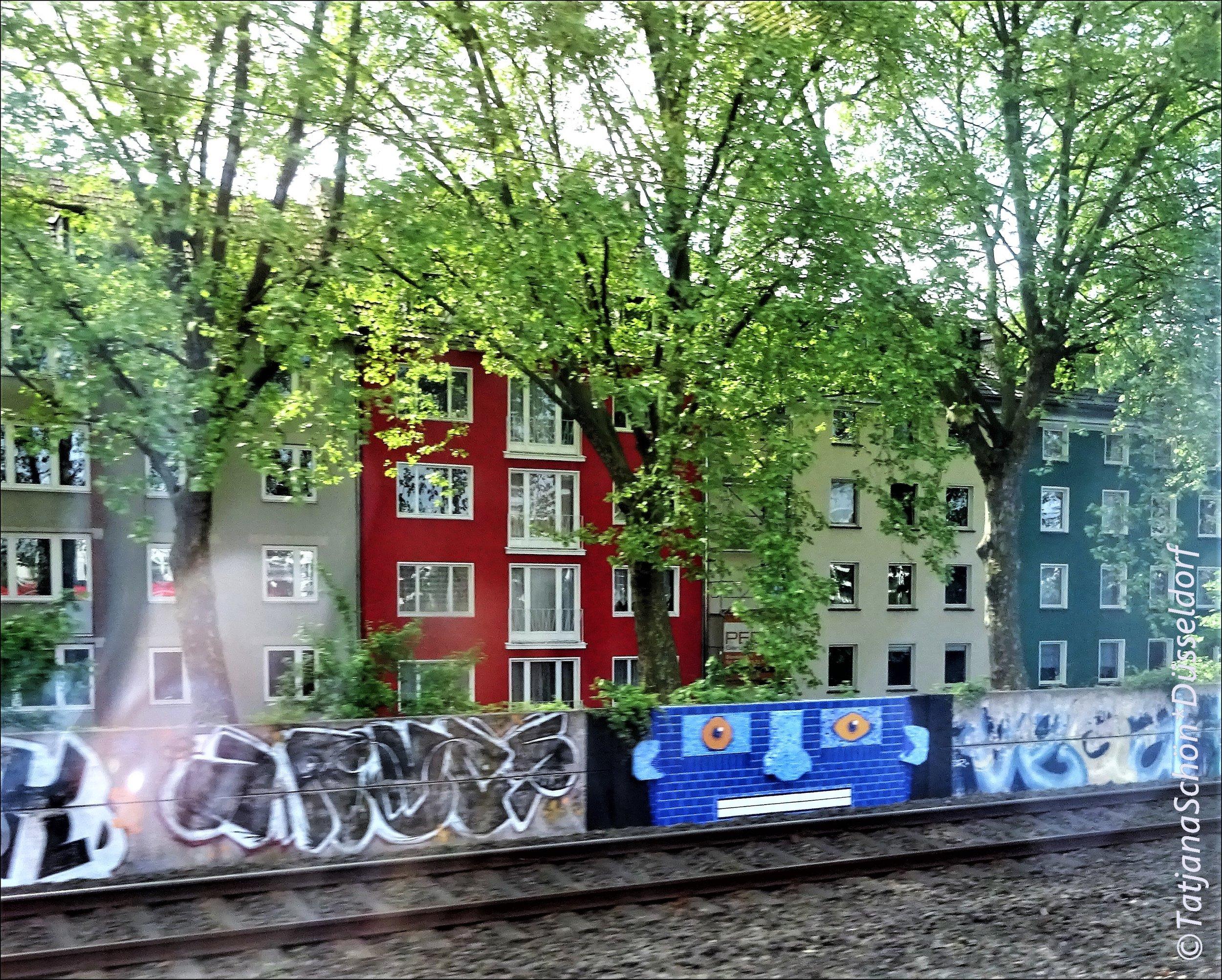 """вот этот синелицый и белозубый """"аватар"""" - он из кафеля выложен меж граффити..."""