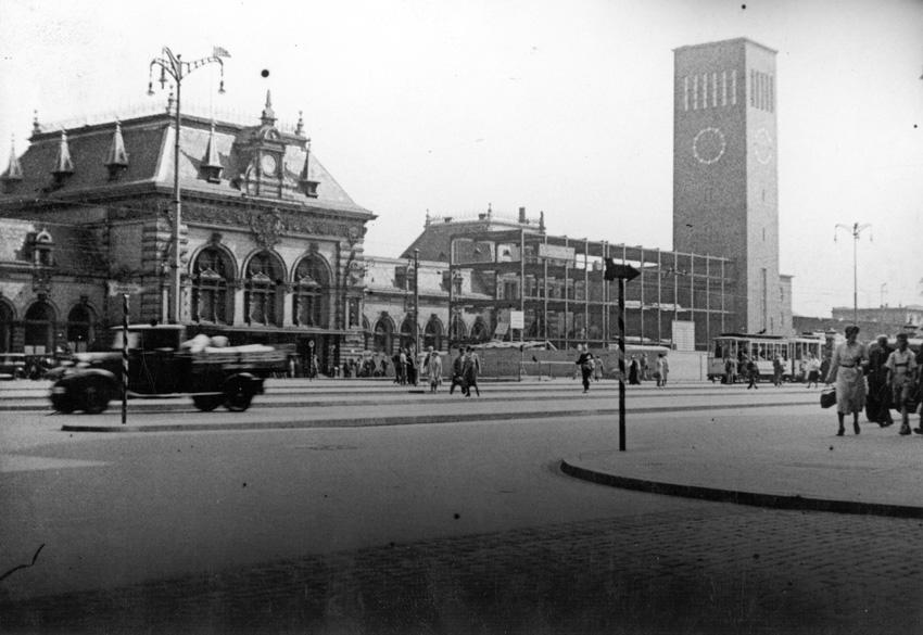"""Середина 30-х годов 20-го века, когда новый """"некрасивый"""" вокзал строили одновременно с разборкой старого """"красивого""""."""