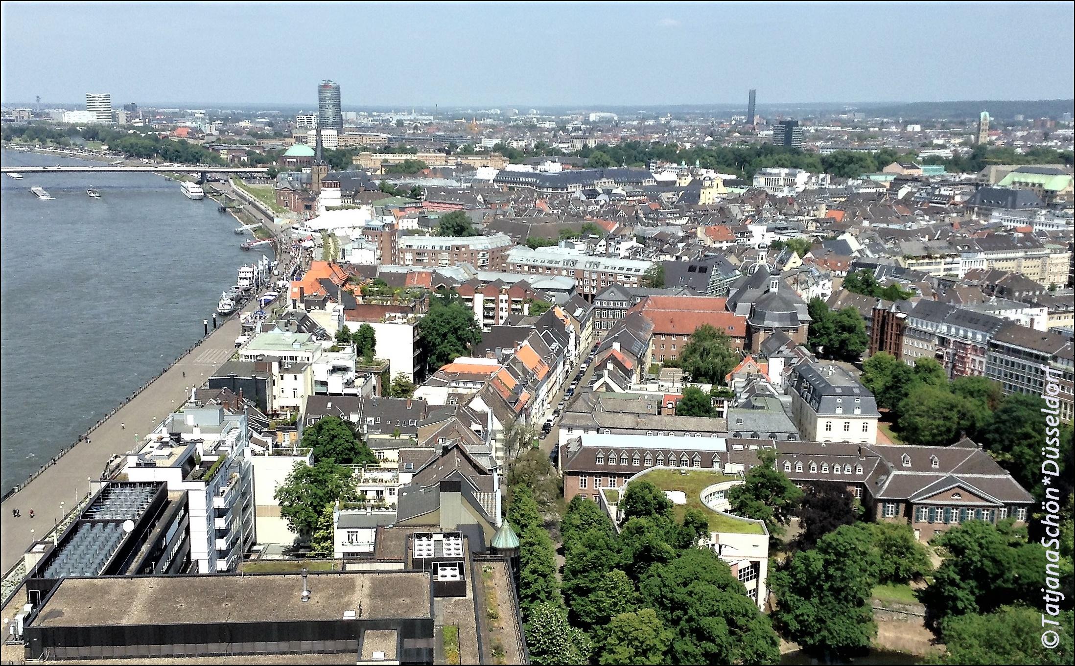 """Вид на набережную и Старый город из """"Высотки Маннесманна"""" (Мannesmann-Hochhaus)."""