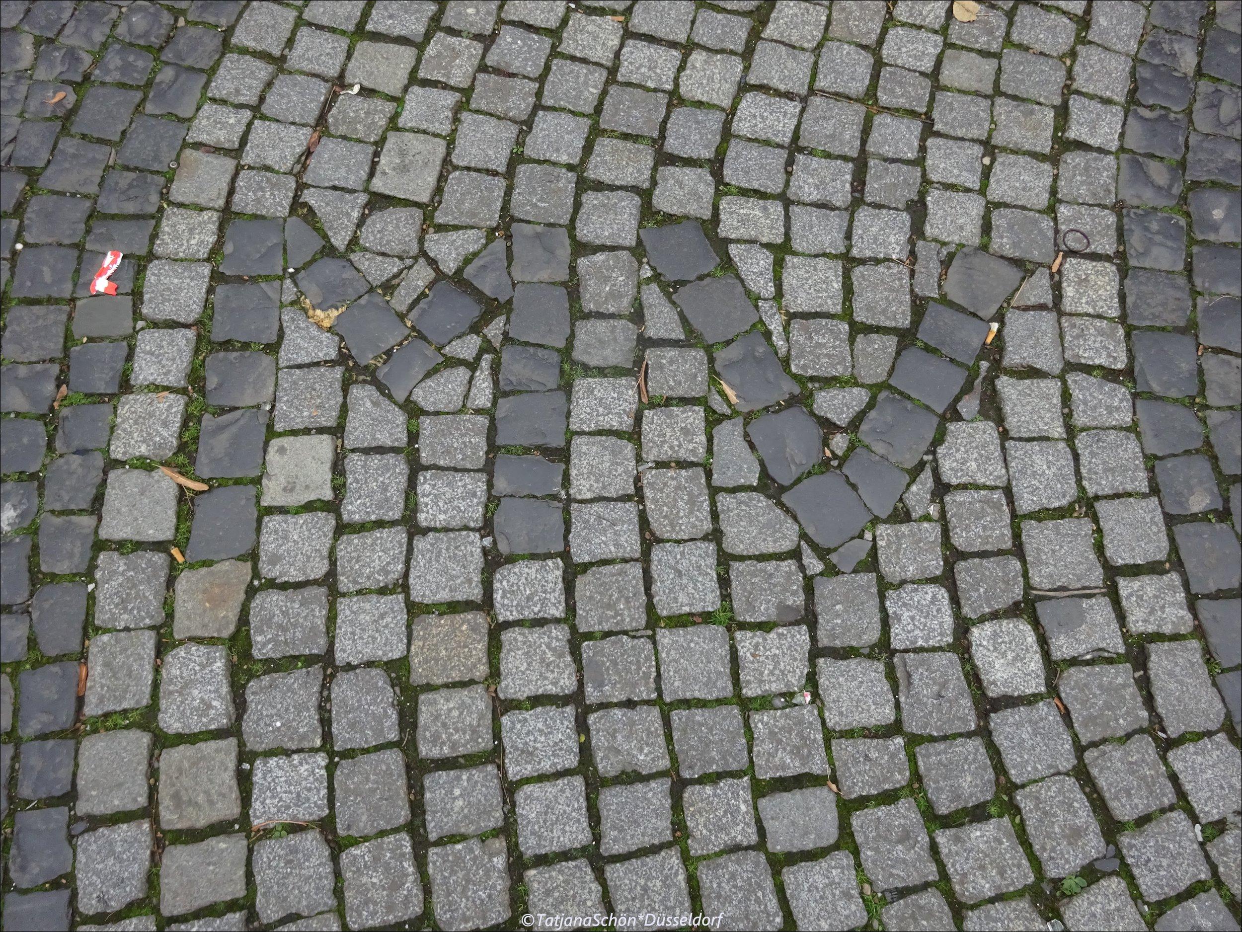 """""""Тысяча пятый"""" год увековечен в булыжнеке в Бенрате - в память о первой часовне."""