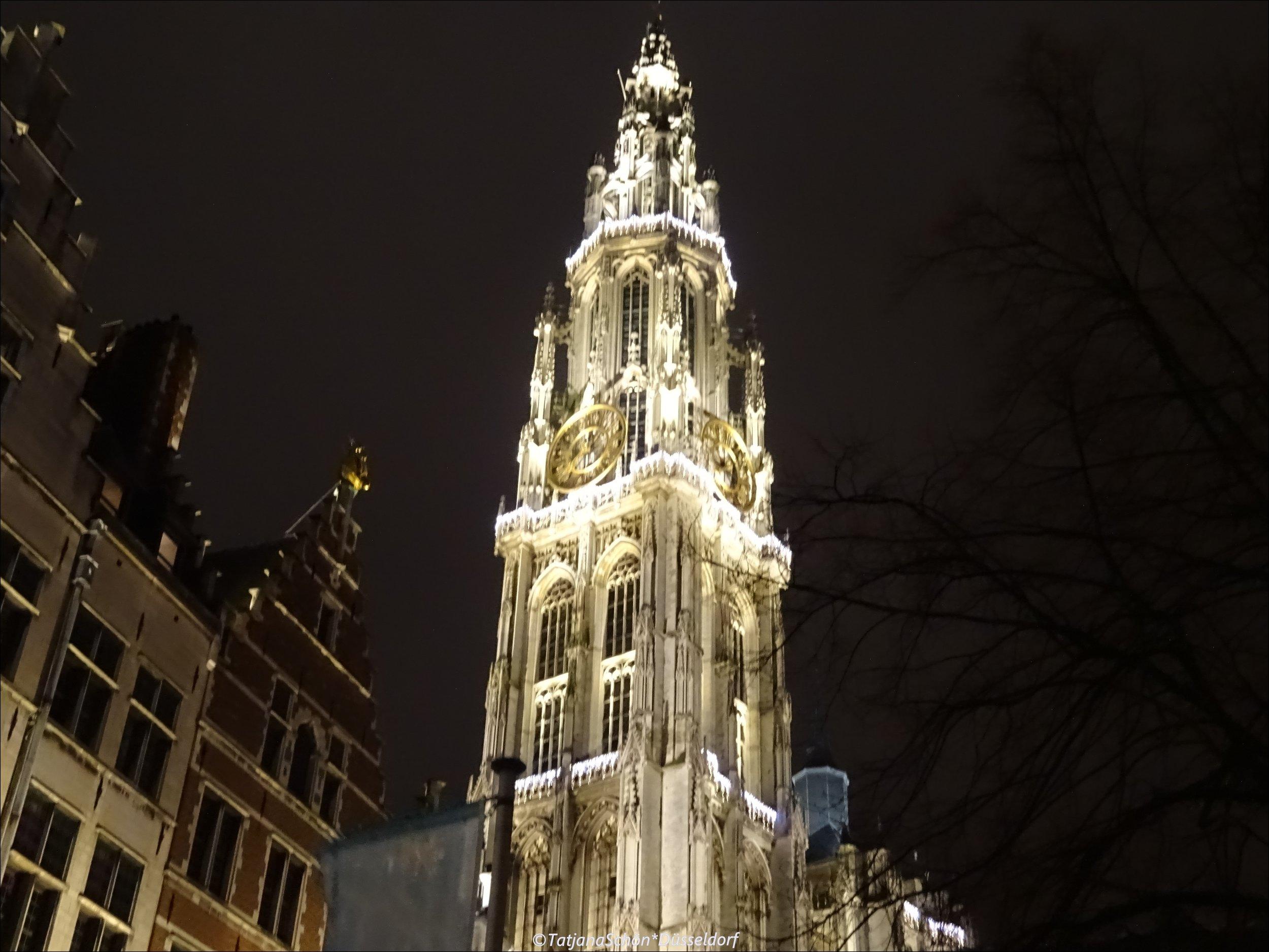 """Главная католическая церковь Антверпена изумительно украшена """"огоньками"""" перед рождественскими праздниками в декабре 2018 года"""