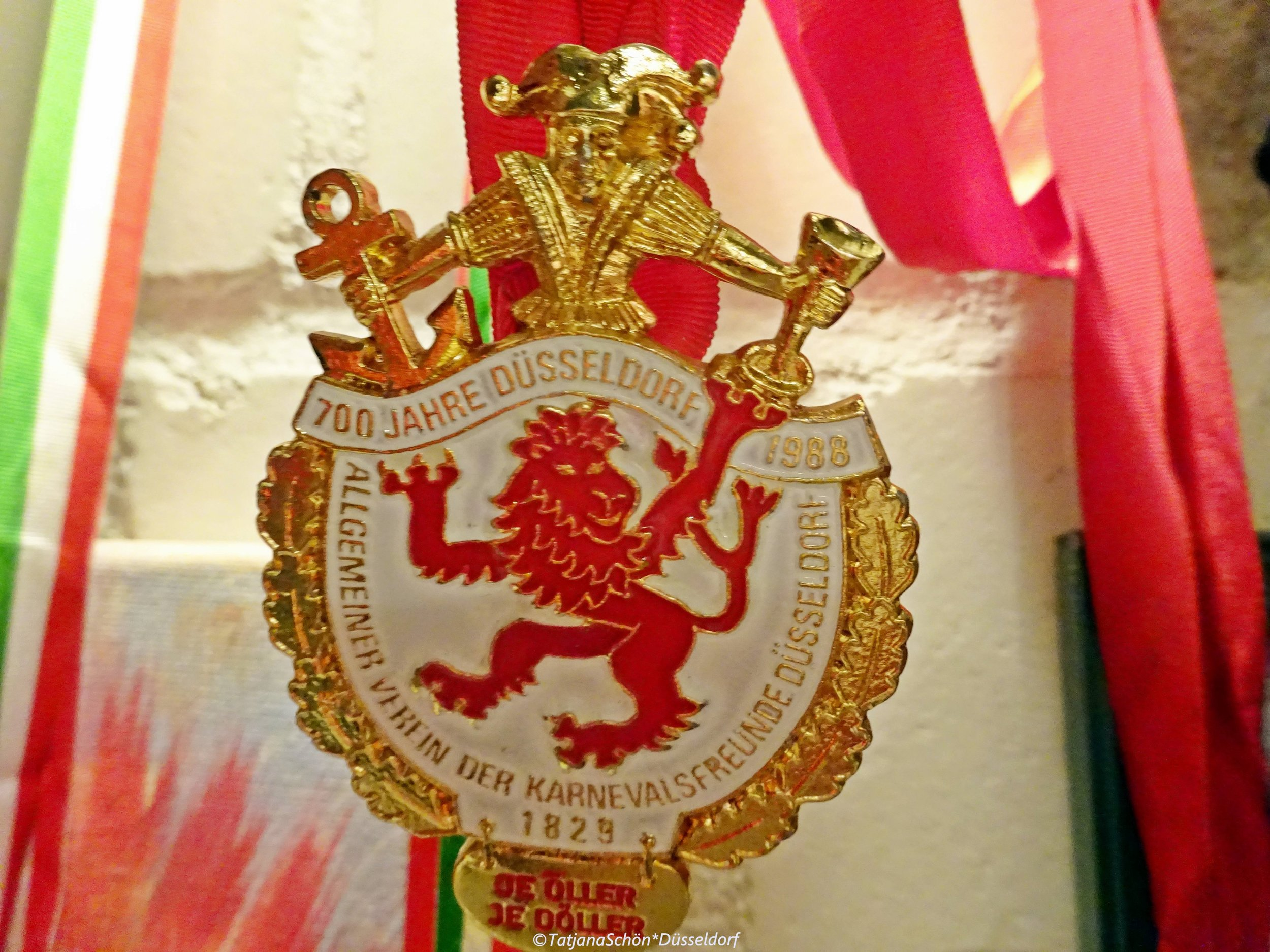 Дюссельдорфский карнавальный орден 1988 года - из частной (всё той же) коллекции - с шутом, двухвостым львом и вином.