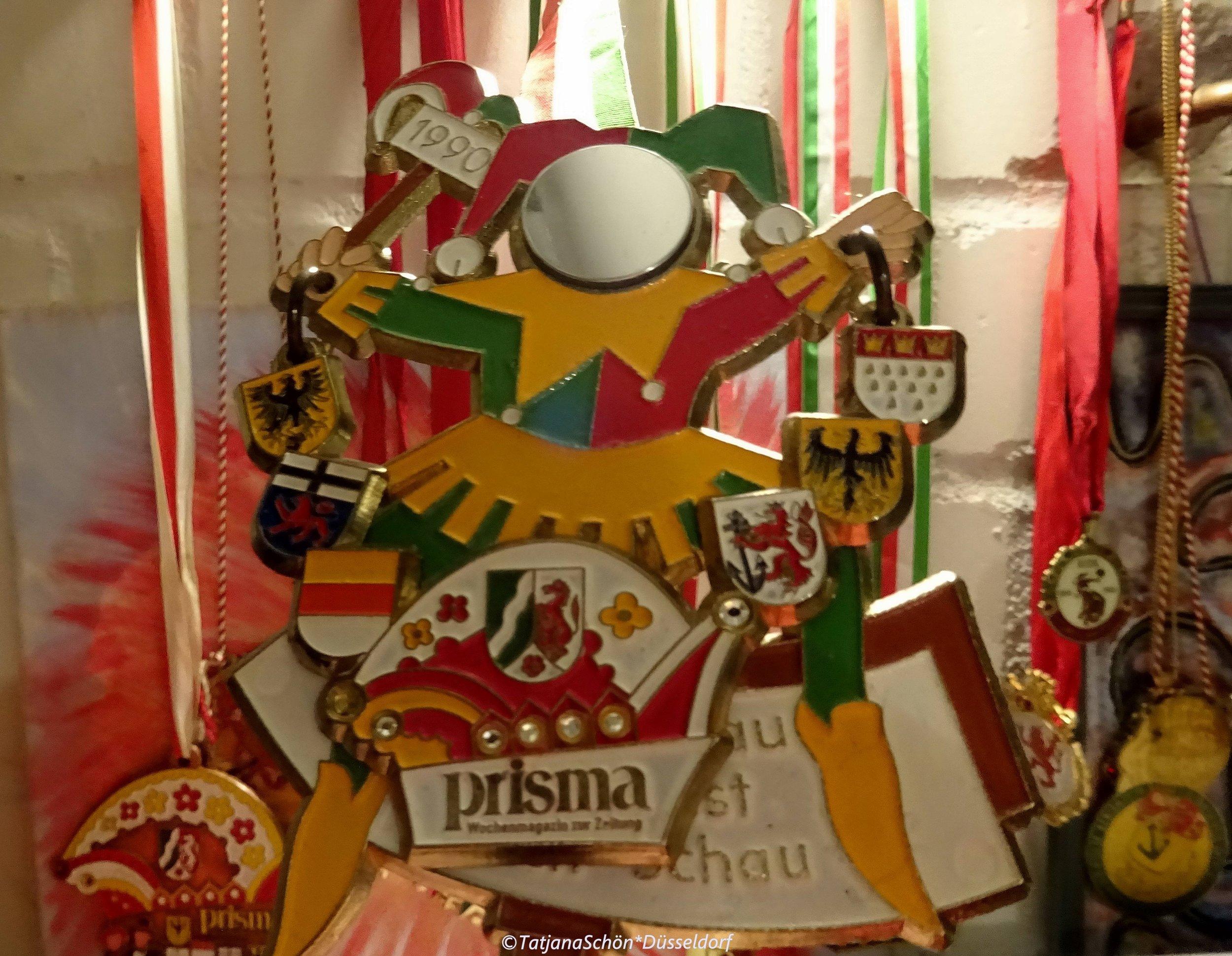 Телевизионно-журнальный карнавальный орден 1990 года - из частной (всё той же) коллекции. Дорог мне тем, что он того же года, как и моя немецкая жизнь.