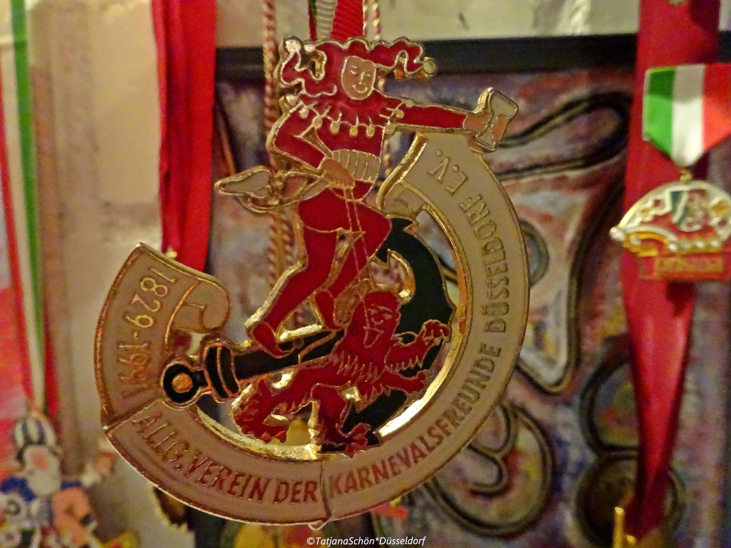 Особенный карнавальный орден 1991 года - из частной (всё той же) коллекции.