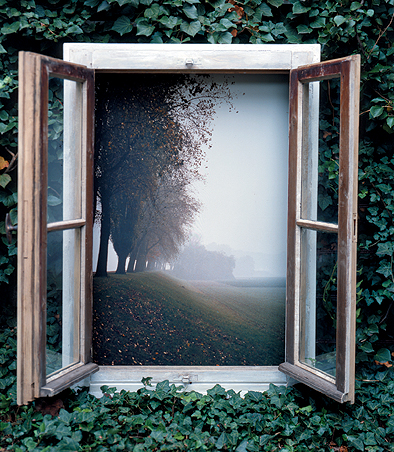 """Это не совсем окно, а арт-объект, созданный в 1978 году. Разывается Нerbstobjekt, что означает """"Объект осенний"""" - да, в наших краях такая осень, похожая на лето."""