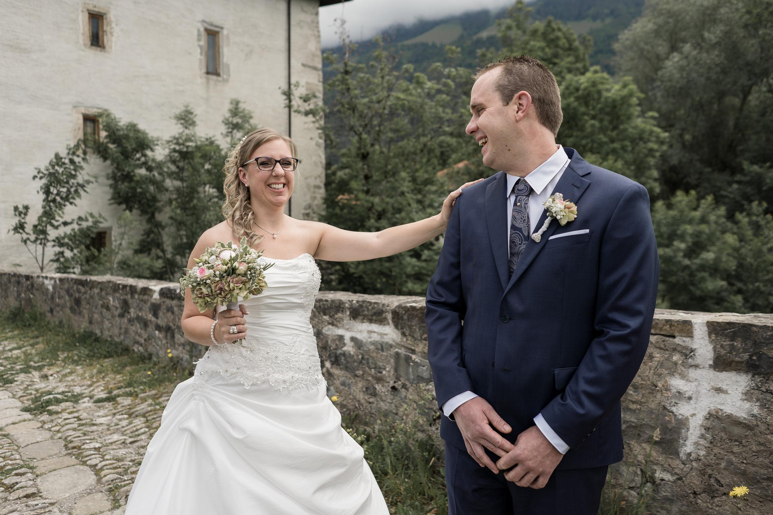 I&C - «Quelques mots pour te remercier de ton excellent travail lors de notre mariage en juin! Nous avons eu beaucoup de plaisir à collaborer avec toi. Durant cette magnifique journée, tu as été géniale, tu as bien réussi à nous mettre à l'aise face à l'objectif. Le plus important est le résultat des photos qui est super, un travail de pro! Quel plaisir d'avoir reçu cette jolie boîte avec les belles photos à l'intérieur!»