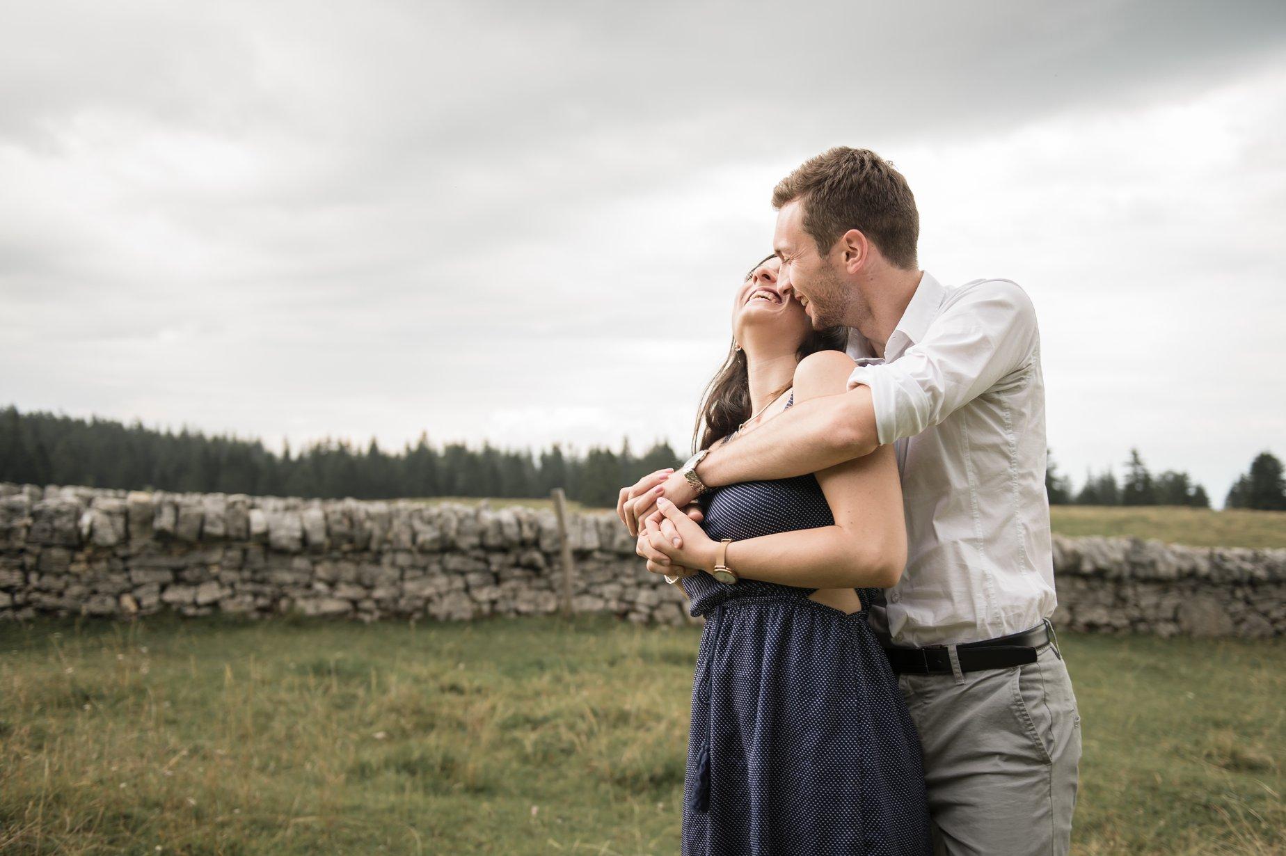 S&A - «Nous gardons un excellent souvenir de notre shooting photo dans la nature avec Sam, parsemé d'éclats de rire ! Elle a su nous mettre à l'aise et faire ressortir notre complicité dans ses belles photos.»