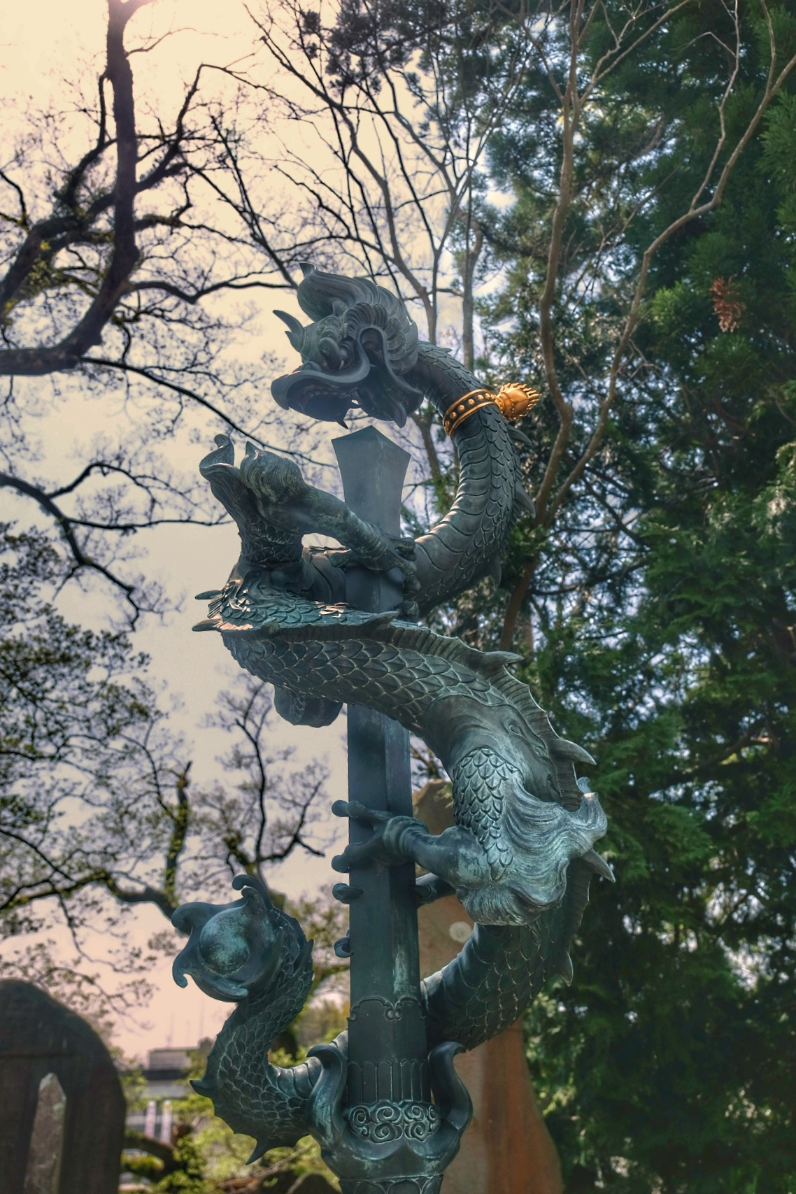 Sword and dragon statue at Shinsh�-ji temple.