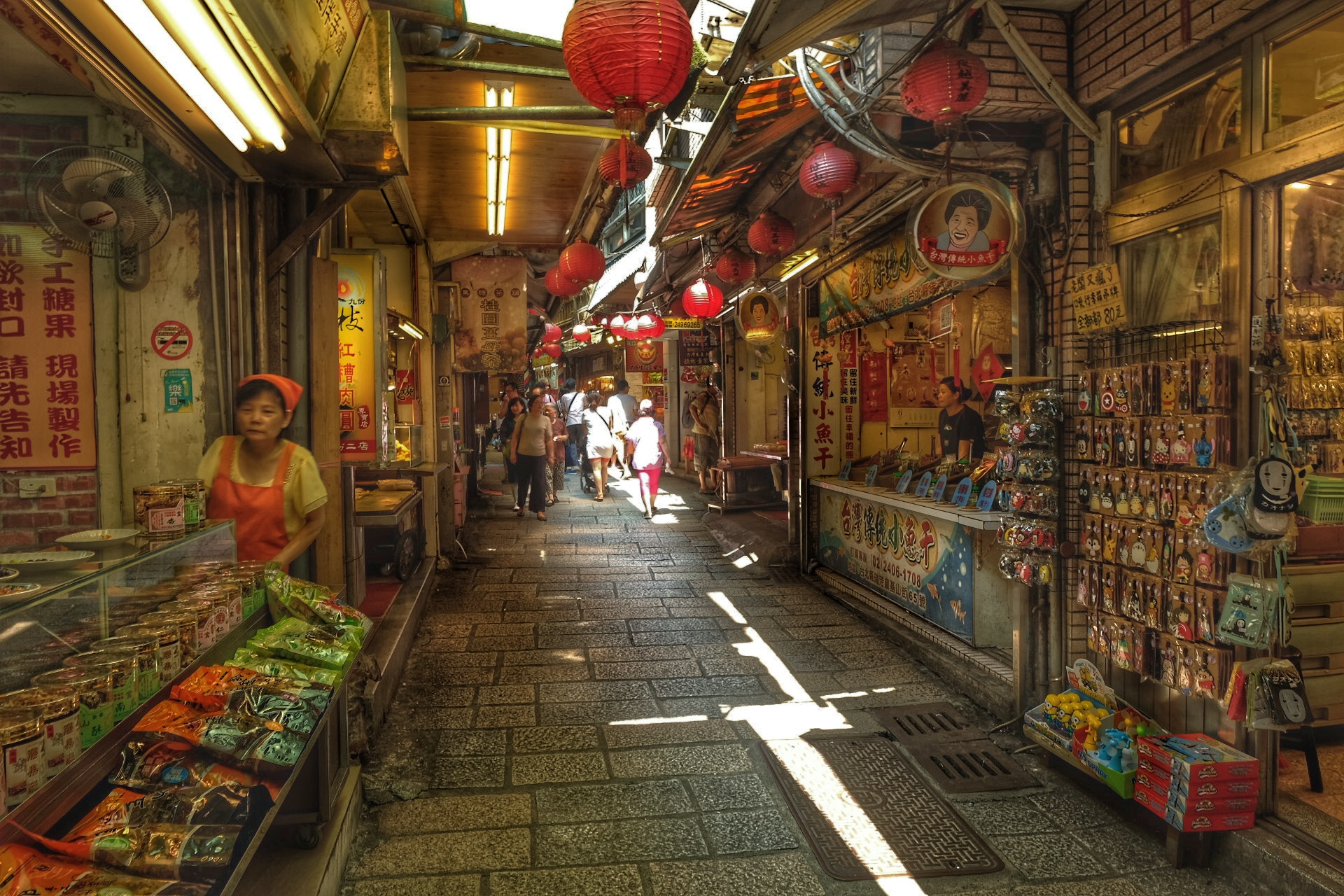 The narrow streets of Jiufen.
