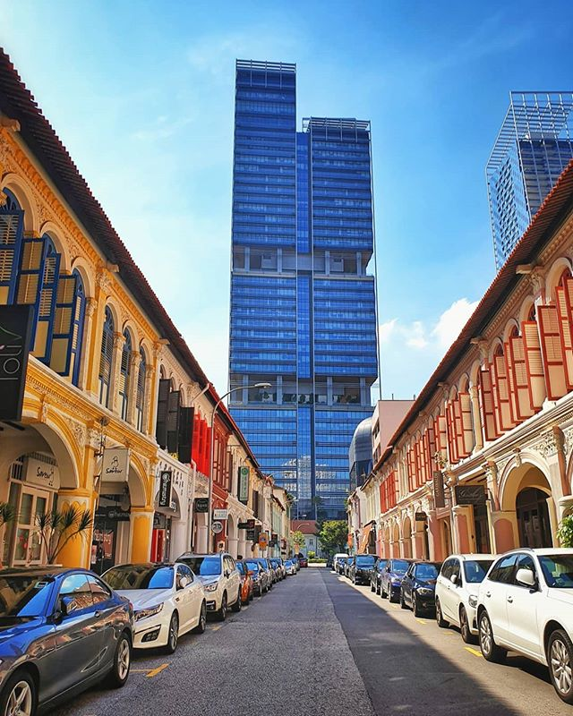 Glad I could get a day to wander around the lovely streets of Singapore this time around, glancing through the old and new juxtaposed so beautifully across different lanes. . . . . . . . . #nationaldestinations  #destinationearth #awesomepix#earthawesome #fantastic_earth#thebeautifultravels #earthlandscape#awesome_photographers #awesomeglobe #worldcaptures #beautifuldestinations#passionpassport #worldplaces  #relax #skyline #asia #view  #chill #green #singapore #weekend #architecture #skyline #travelphotography #traveller