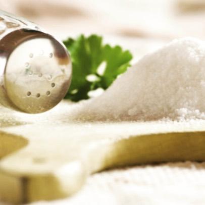 Veckans hälsotips: minska på saltet! För mycket salt ökar risken för högt blodtryck.  Rekommendationen för salt ligger på ca 6 gram/dag.  Jag fick precis i mig en rejäl dos i den flaska mineralvatten jag drack nu på bussen... ofta är det alltså salt i livsmedelsprodukter som är boven i dramat, inte det vi saltar extra på maten. Så håll lite extra saltkoll framöver! #salt