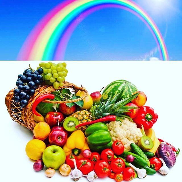 Veckans hälsotips: tänk på regnbågen när du köper frukt och grönt! 🌈🍎🍋🥑🥝🍇 Olika antioxidanter och fytokemikalier ger olika färger. Lykopen gör tomater och paprika röda, betakaroten ger morötter och sharonfrukter en orange färg och antocyanider färgar rödlök och vindruvor rödblå. Alla olika färgämnen behövs och fyller sin egen unika funktion för vårt immunförsvar. #hälsa #frukt #antioxidants #rainbows #rawfood