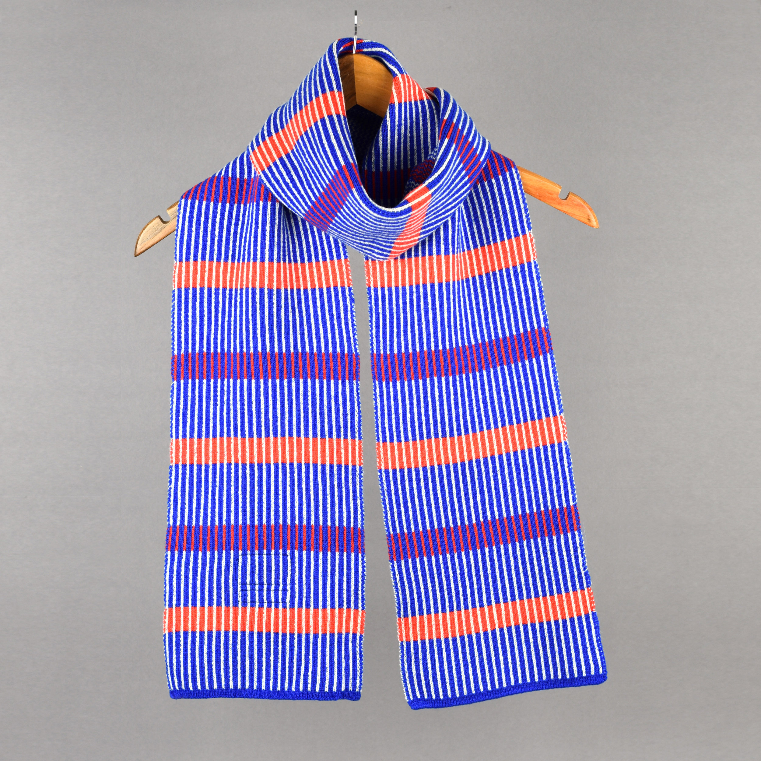 thepatternguild_knitted_scarf_stripes_red_blue1.jpg
