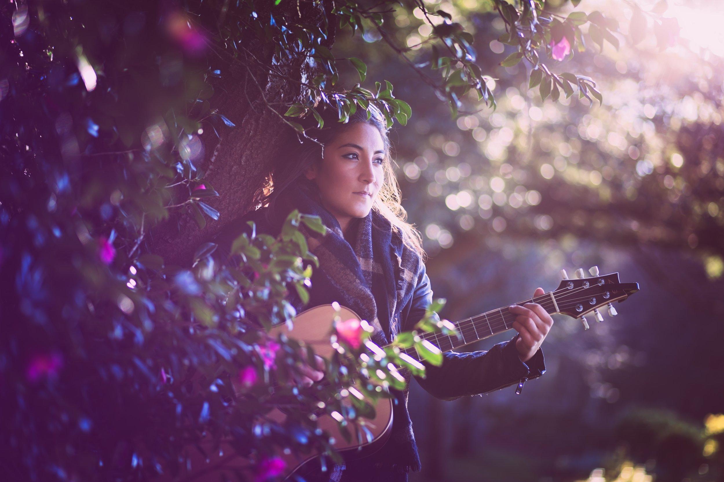 pari-female-guitar-vocalist