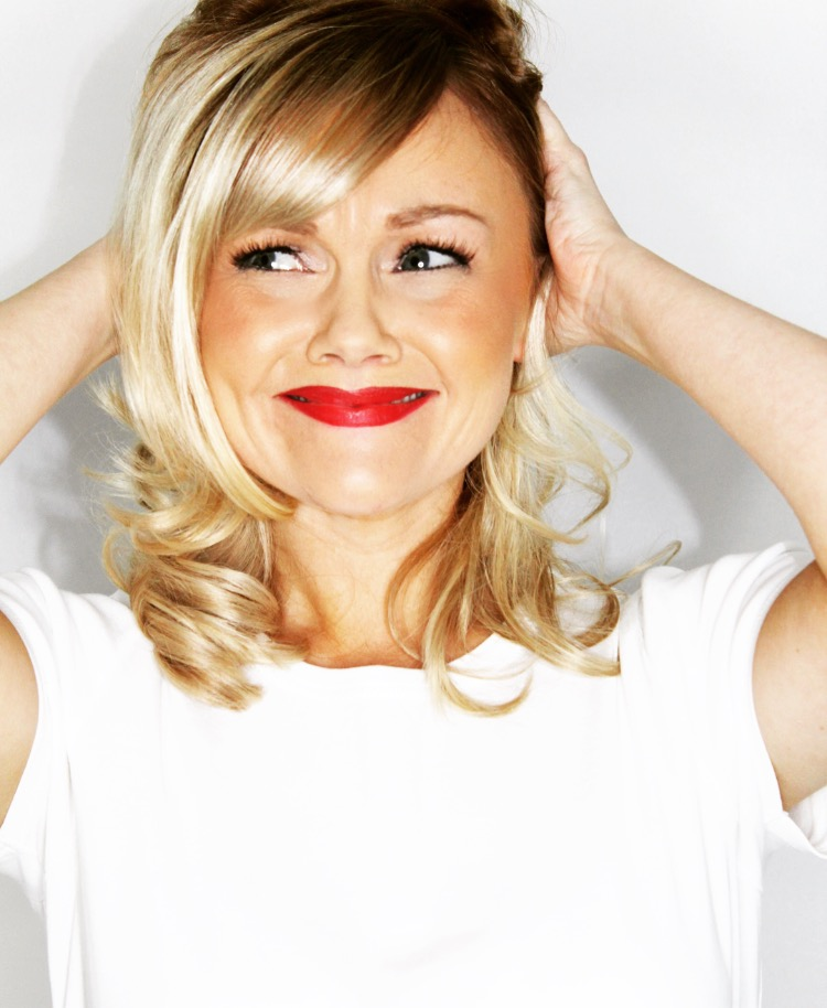 No headaches!! Kelly, professional West End singer performs in and around London for corporate events, private events and weddings.