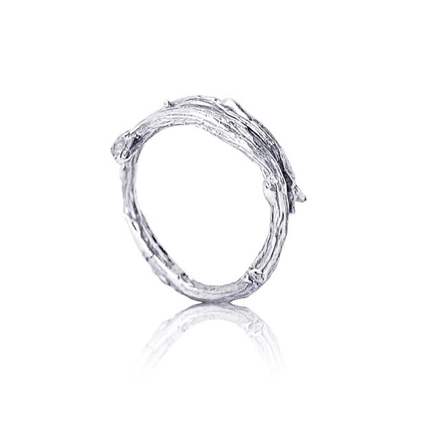 Welcome, welcome autumn 🍂🍁 You might see those everywhere around you but how cool do they look in silver? I have created it to remind people that beauty can be found in their everyday surroundings 🍂 It's the simplest ring of our line but still has a lot of texture and details. Mine never leaves my hand! 🍁 . . #silver #ring #handmadeinlondon #everydaybeauty