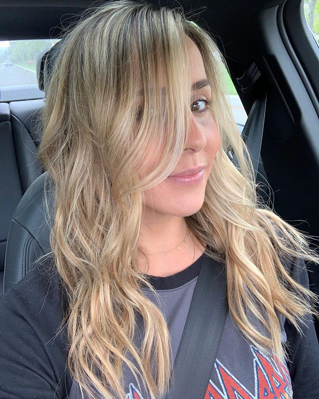 Stylist @lizalucero created this beautiful look by using the teasy baby light technique while lightening up her ends and a color melt. She then finished by adding in 1/2 a head of tape in extensions for fullness!