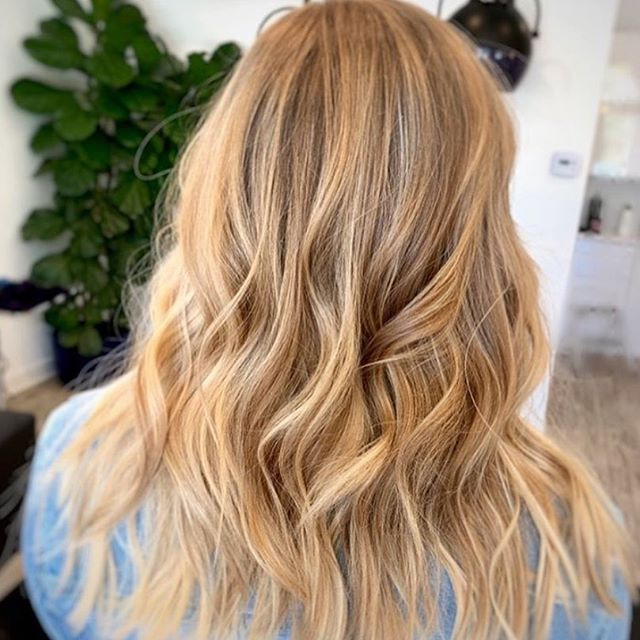 @thewisestylist serving up some California beach waves and lived in foilayage highlights with a shadow root for her client's request: a low maintenance look!