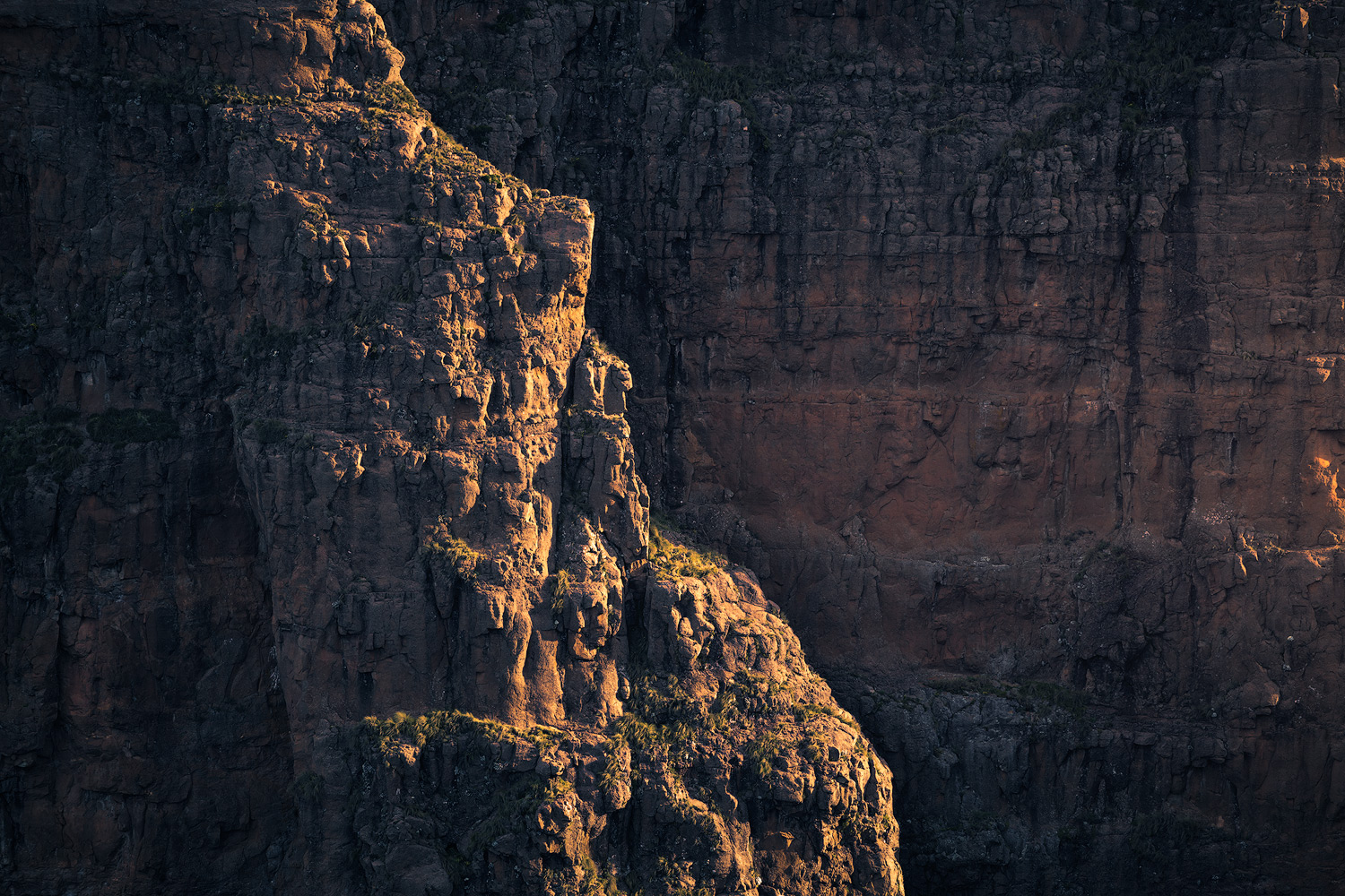 Nikon D850 / 70-200 f4 lens @ 200mm / ISO 200 - f/6.3 - 1/80 sec / circular Polariser. Looking across the drop-off that is Ifidi Pass, the late afternoon light picked out some wonderful detail on the giant Basalt walls.
