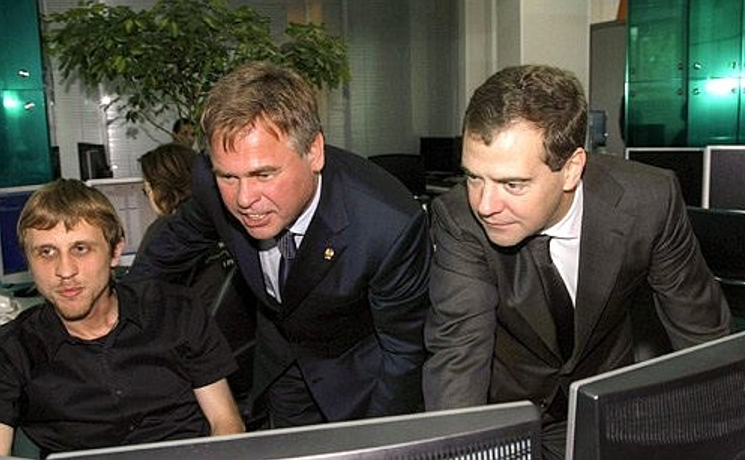 Dmitry Medvedev, an IT guy, and someone who looks like Val Kilmer discussing anti-virus software.