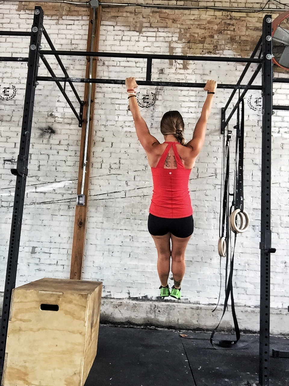 Finishing position:Dead hang, arms fully extended. -