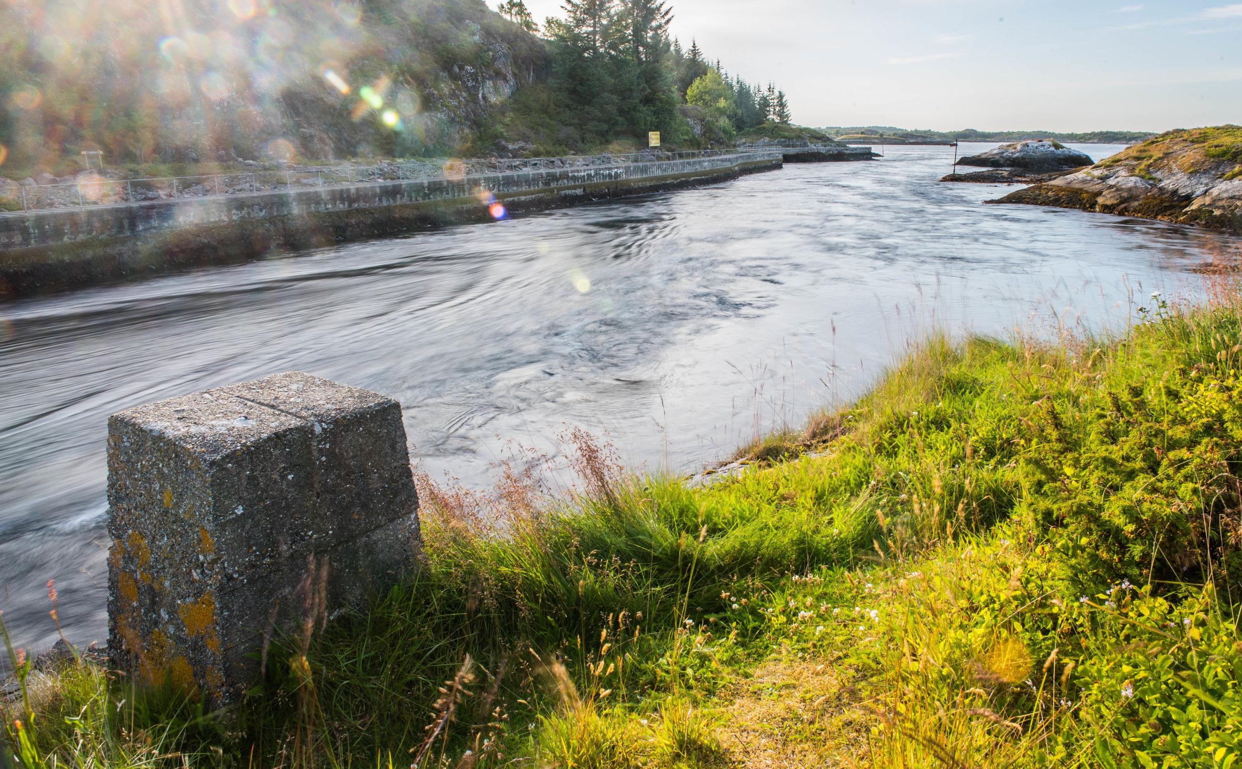 Storstraumen, innløpet til Barmanfjorden. Midt-Norges sterkeste tidevansstrøm.