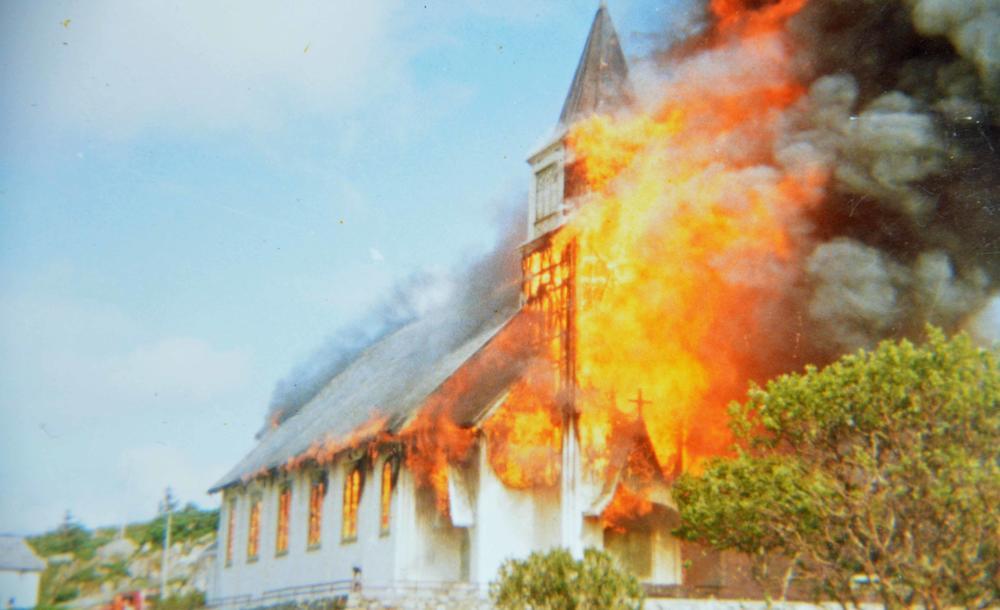 Brann i Sletta kirke i 1984. Foto Frøya.no