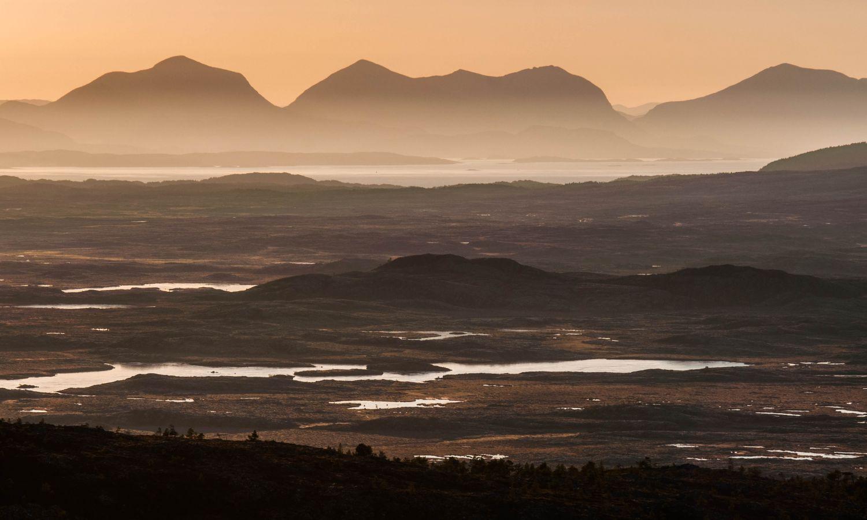 Utsikt fra Håvikfjellet, Hitra: Her ser vi naturreservatet Havmyran med Tustnastabban i bakgunnen.