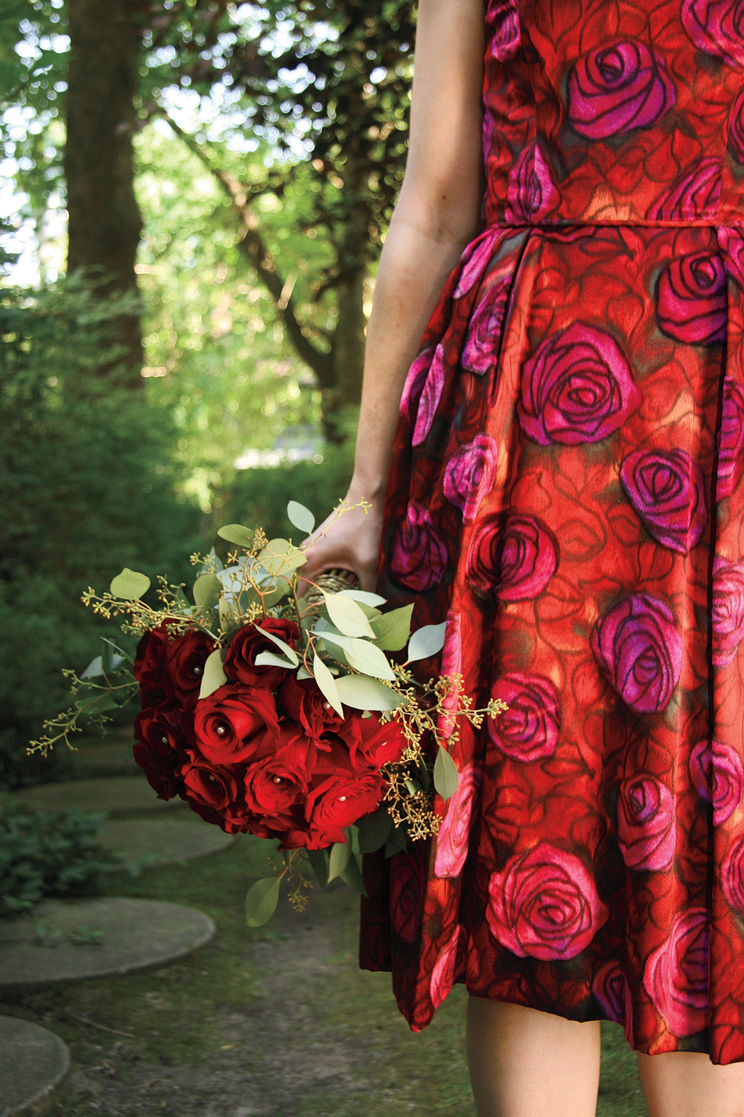Romantic Red | Classic hand-tied rose bouquet | Photo: Natalia Dolan
