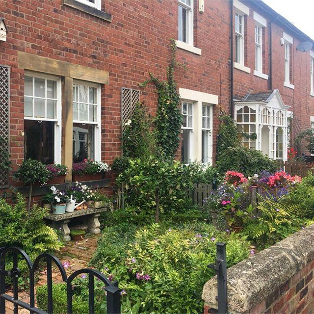Ça peut être tellement mignon l'Angleterre 🌷 . . #garden #englishgarden #englishhouse #brique