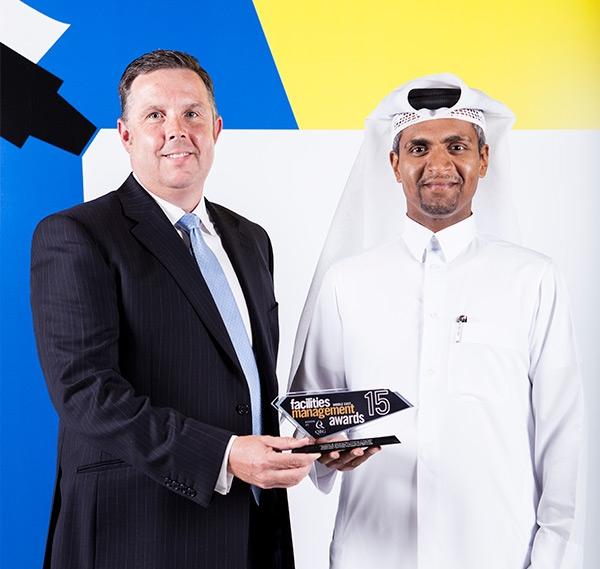 رئيس مجلس الإدارة السيد عبد العزيز آل محمود مع الرئيس التنفيذي مارك كوك مع الجائزة في الحفل في مدينة دبي.
