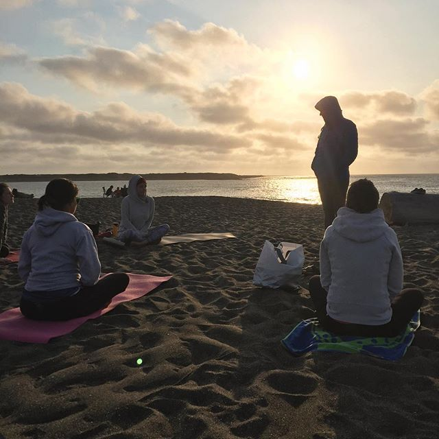 Yesterday we walked on to the beach as strangers, today we become friends 💁‍♀️💁‍♂️Nothing like a sunset beach yoga practice to set the mood for what is bound to be an epic weekend of relaxation at the #beerplusyogaretreat #justaddyoga