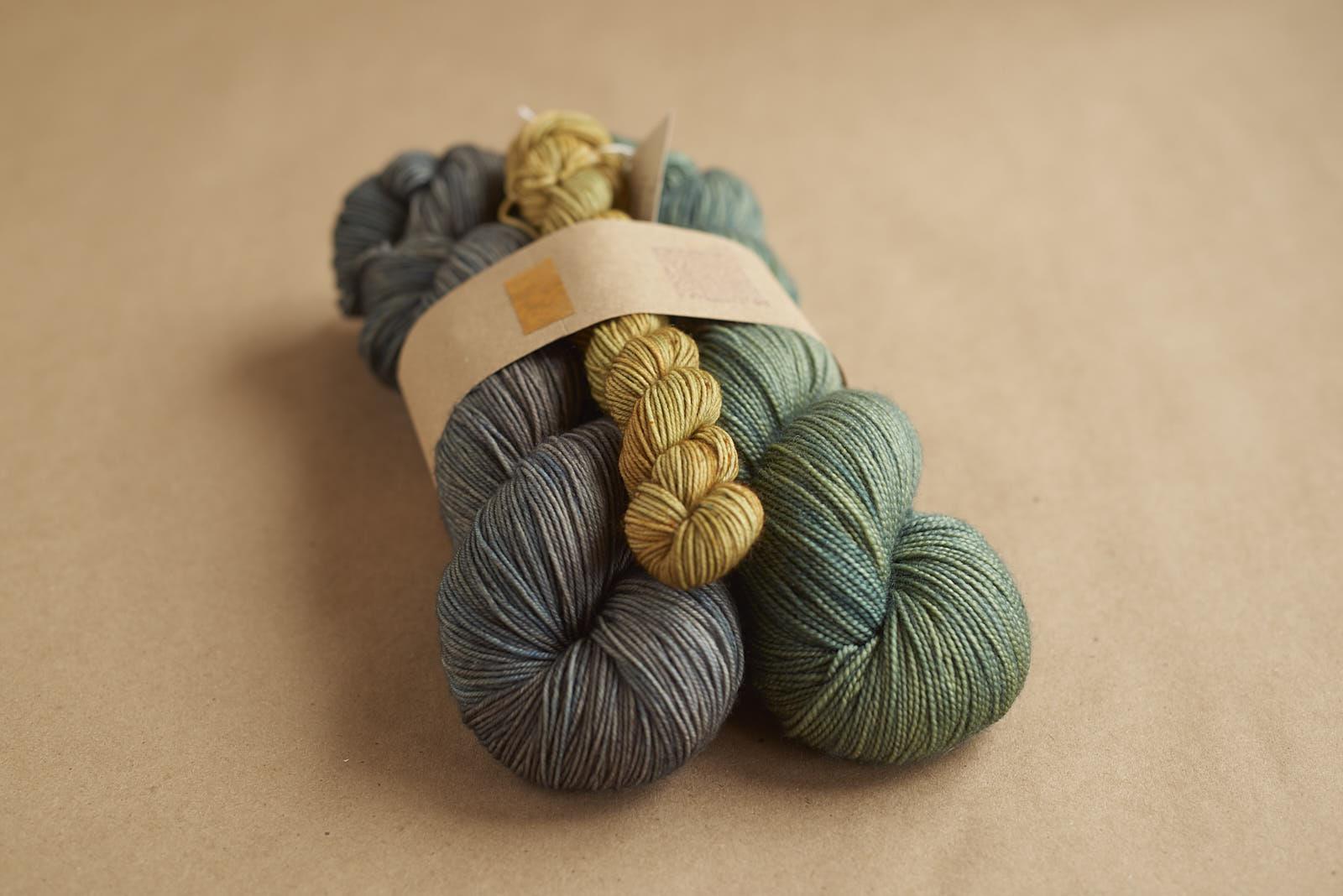 SNOWSHOE Kit # 4: Sock Eclipse / Merino Fingering Evergreen / Sock Mini Golden Oak