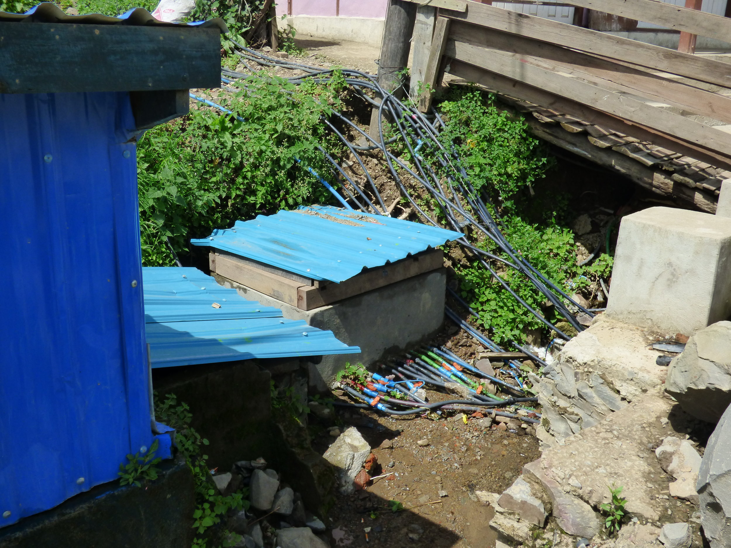 A spring source that distributes water to multiple houses in a block in the town