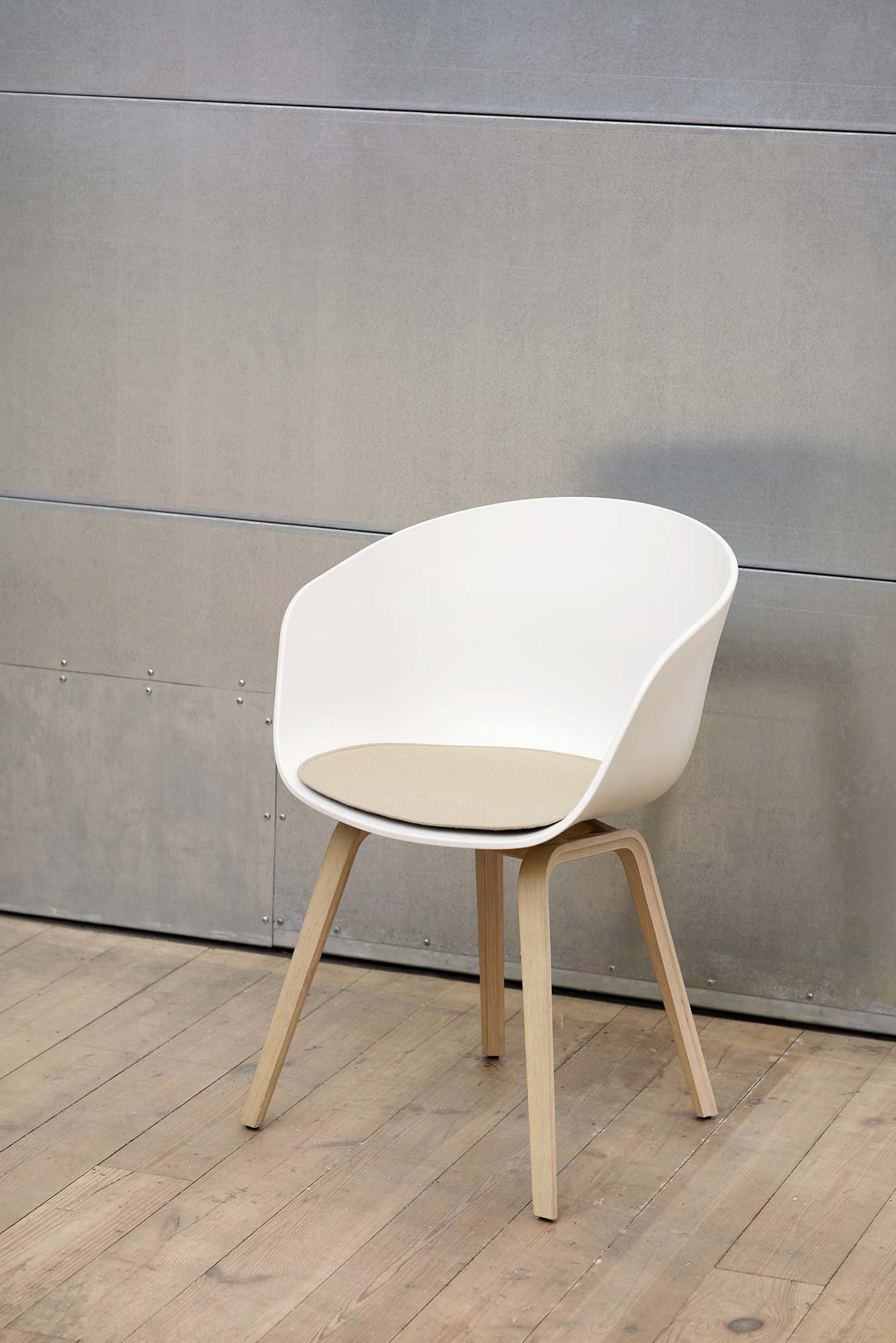 AAC 22 Base matt lacquered Shell white_AAC Seat Pad for armchair.jpg